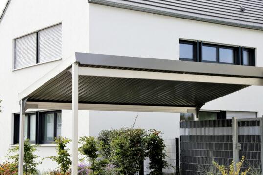 Gestaltungsidee für den Vorgarten mit modernen Carport vor der Hauswand – Gar...