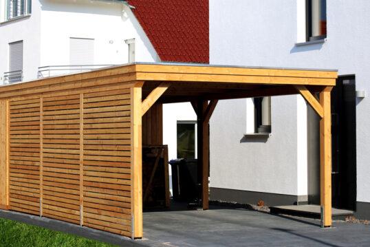 Gestaltungsidee für den Hauseingang mit modernen Carport aus Holz – Beispiel ...