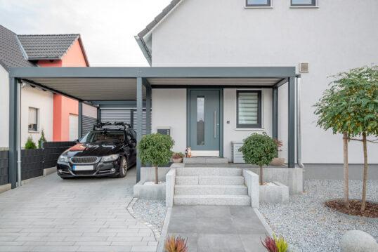 Moderne Steinvorgarten-Idee mit Carport & Vordach aus Alu – Beispiel für...