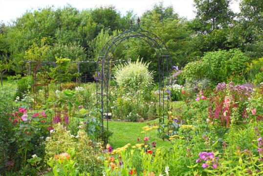 Idee für einen traditionellen Staudengarten mit Gartendekoration – Beispiel m...