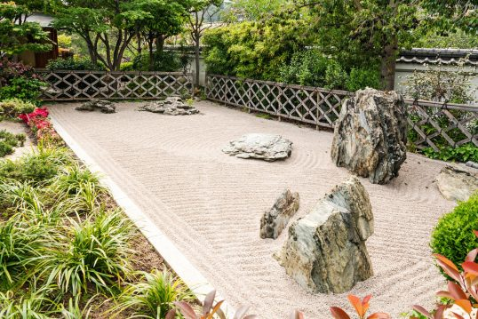 Idee für die Gartengestaltung – Beispiel mit einem Steingarten im asiatischen...