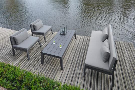 Terrassen Idee – Beispiel mit einer Terrasse am großen Gartenteich mit Sitzgr...