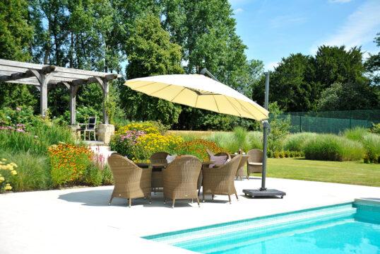 Landhaus Terrasse am Pool Idee – Beispiel mit einer Rattan Sitzgruppe & ...