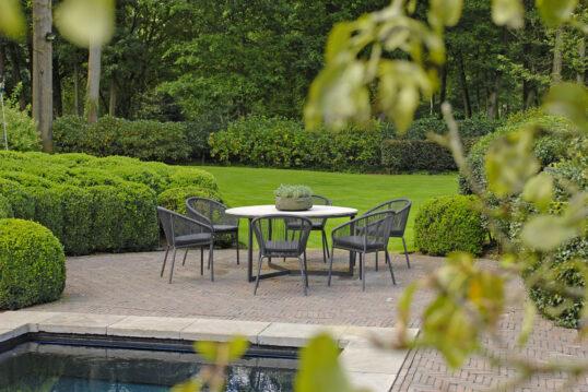Gestaltungsidee für eine Terrasse am Pool – Beispiel mit moderner Sitzgruppe ...