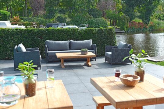 Terrasse am See als Inspiration für den eignen Garten – Sitzgruppe mit Polyra...