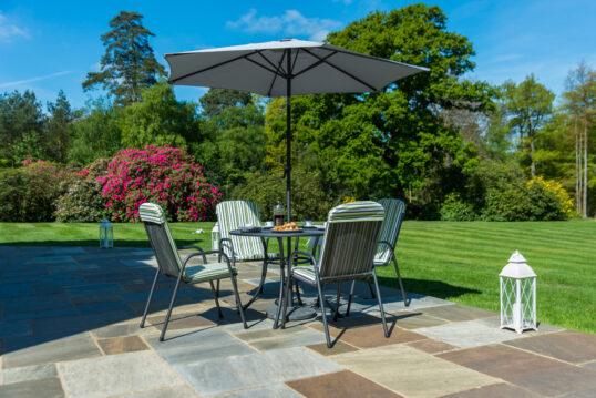 Idee für die Terrasse im Garten mit Sitzbereich & Sonnenschutz – Beispie...