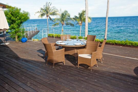Inspiration einer gemütlichen Terrasse in mediterraner Umgebung – Rattansitzg...