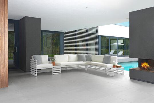 Modern gestaltete Terrasse – Beispiel mit großer Loungegruppe & Kamin &#...