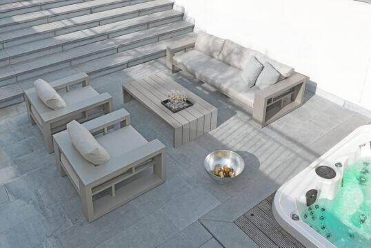 Terrassen Idee – Moderne Terrasse mit Sitzbereich neben dem Whirlpool –...