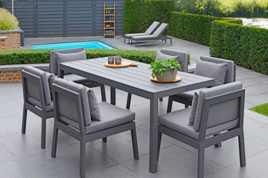 Große Terrasse Idee – Beispiel mit grauer Outdoor Sitzgruppe & Pool mit ...