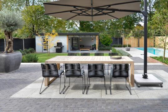 Beispiel für einen großen Garten mit Terrasse  Pool & modernen Gartenhaus mit ...