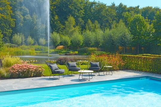 Idee für einen großen Garten mit einer Terrasse zwischen Pool & Teich – ...