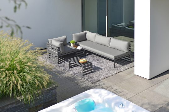 Gemütliche Terrassenidee an der Hauswand mit Loungesofa & Metalltisch – ...