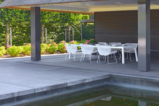 Überdachte Terrasse am Gartenteich Gestaltungsidee – Beispiel mit weiße Terra...