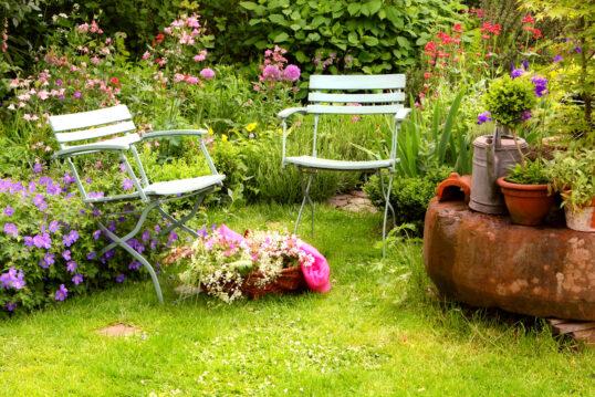 Idee für einen Wildgarten mit Gartenstühlen & Dekoration – Beispiel mit ...
