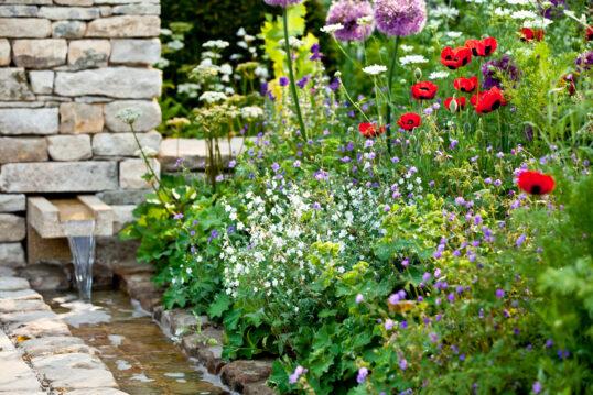 Stilvolle Wildgarten Idee mit Wandbrunnen in der Mauer & Bachlauf – Beis...