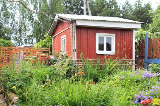 Wilder natürlicher Garten mit roten Gartenhaus als Gartenidee – Beispiel mit ...