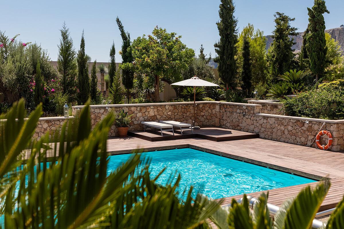Gestalte deinen Garten im mediterranen Stil und hol dir so das Urlaubsfeeling nach Hause.