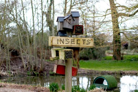 Gartengestaltung mit einem freistehenden Insektenhotel & vielen Futterhäuschen...