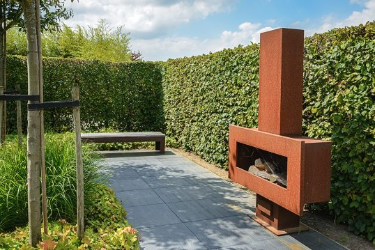 Gartenidee – Sitzplatz mit modernen Kamin für den Garten & Hecke als Sic...