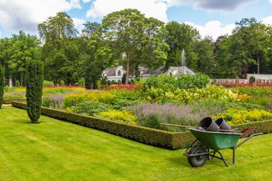 Landhaus Gartengestaltung & Idee  mit einem großen Staudenbeet & Hecken &...