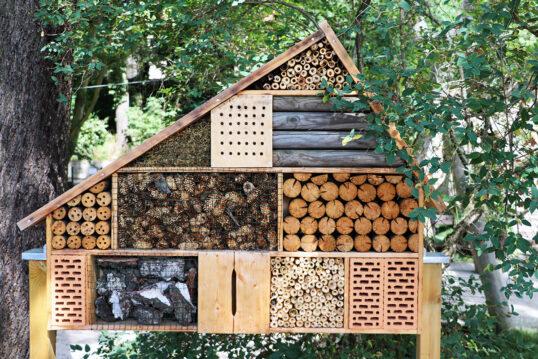 Großes selbstgebautes Insektenhotel im Garten als Gestaltungsidee – Beispiel ...