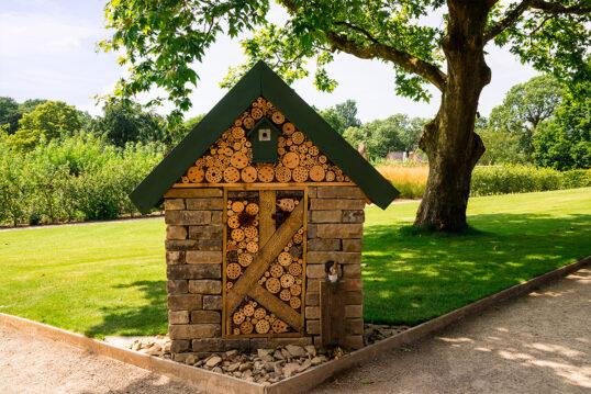 Gestaltungsidee für den großen Garten mit einem großen Insektenhotel aus Stein ...
