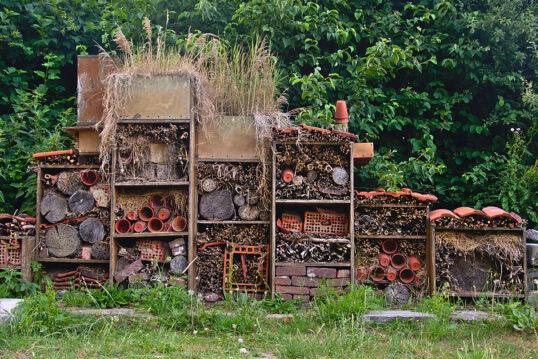 Gestaltungsidee für den Garten mit einem großen selbstgebauten Insektenhotel vor ei...