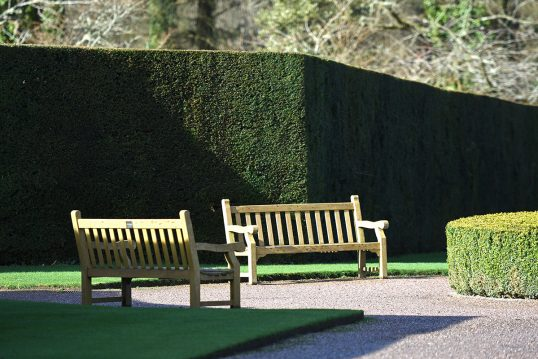 Idee für einen Sitzbereich im Garten oder Park – Beispiel mit zwei Holzbänken...