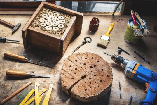 Insektenhotel zum selber Bauen mit Gartenwerkzeugen – Idee & Gestaltungs...
