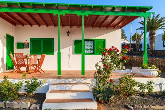 Mediterrane Terrassenidee – Beispiel mit Terrassenüberdachung aus Holz mit gr...