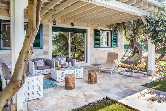 Gartenidee – Mediterrane Terrasse mit Terrassenüberdachung- Beispiel mit Häng...