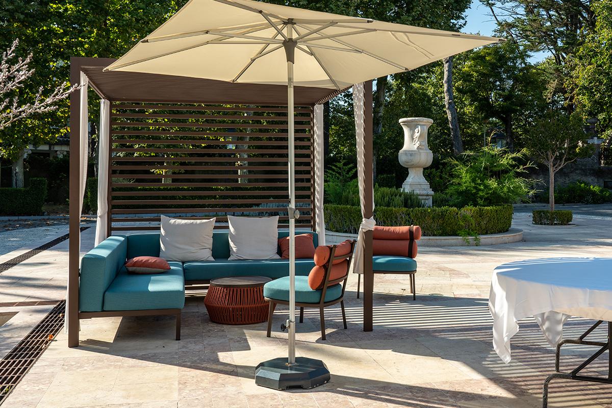 Gartengestaltung mit gepflasterte Natursteinfläche & modernem Sitzbereich