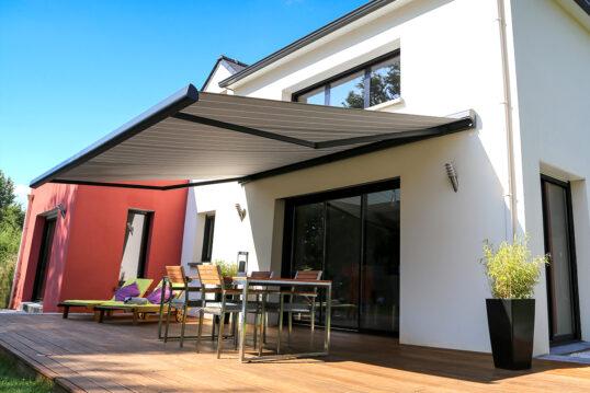 Gestaltungsidee für eine moderne Terrasse mit Markise als Sonnenschutz & Überd...