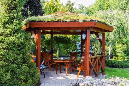 Terrassengestaltung mit Pavillon mit Dachbegrünung – Idee für die Terrassenüb...