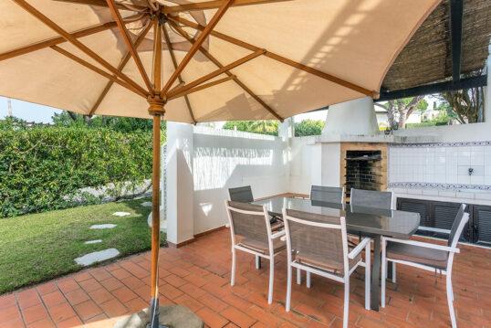 Moderne Terrassengestaltung mit Sonnenschutz und Terrassenüberdachung – Beisp...