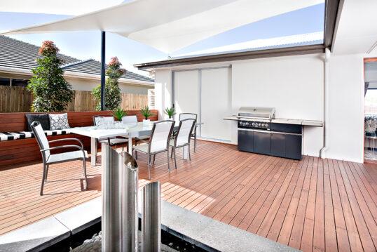 Moderne Terrassengestaltung mit Sitzgruppe & Gasgrill – Beispiel mit Son...