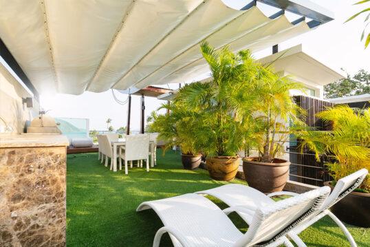 Idee für eine überdachte Terrasse oder Balkon mit Liegen & Sitzgruppe – ...