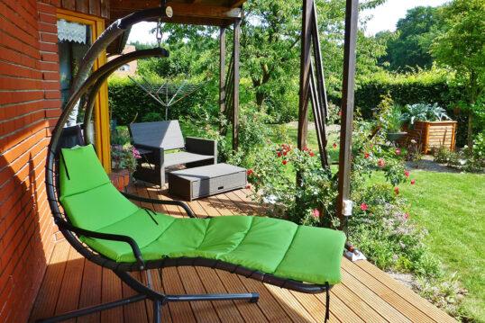 Gestaltungsbeispiel für eine Terrasse im Landhausgarten mit Überdachung – Ter...