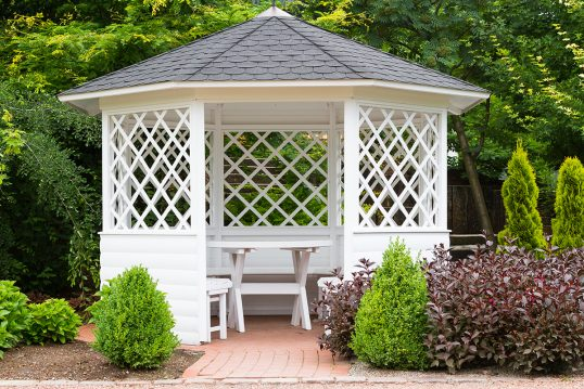 Gartenidee mit weißen Pavillon aus Holz mit Sitzgruppe – Beispiel für elegant...