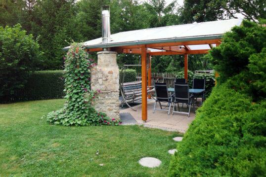 Idee für eine Terrasse mit Überdachung und Sitzgruppe – Beispiel mit bepflanz...