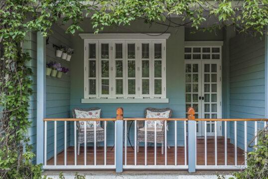 Beispiel für die Terrassen- oder Balkongestaltung eines Landhauses – Gemütlic...