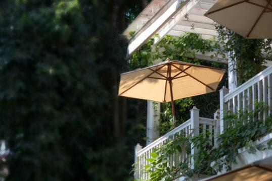Balkon Sonnenschutz Inspiration – Beiger Sonnenschirm am Balkongeländer ̵...