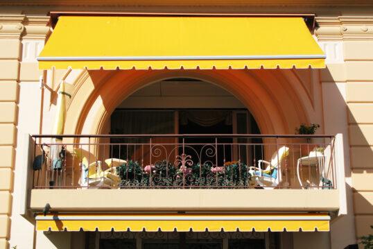 Idee für einen Balkon mit Balkonmöbeln & Markise als Sonnenschutz – Kuns...