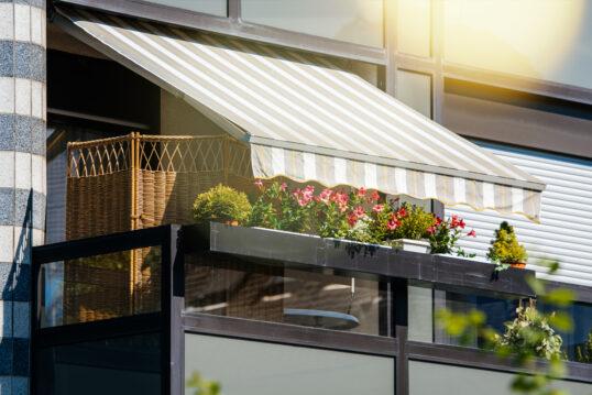 Idee für einen kleinen Balkon – Balkongestaltung mit Markise & Sichtschu...