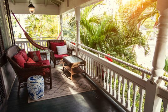 Idee für einen großen Balkon mit Rattanmöbeln – Beispiel mit Rattansesseln &#...