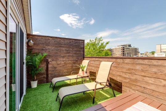 Balkon Idee mit Sichtschutz aus Holz & zwei Sonnenliegen – Metallbeistel...