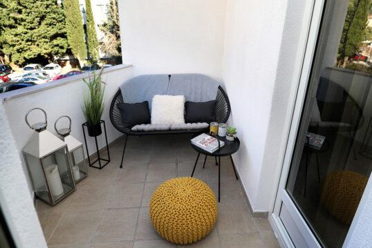 Gestaltungsidee für einen kleinen Balkon – Beispiel mit schwarzen Sofa  Beist...