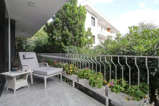 Moderne Idee für einen großen Balkon am Haus – Beispiel mit Rattansonnenliege...