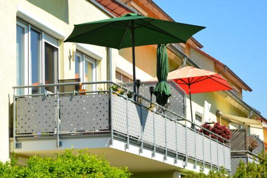 Balkon Idee mit Sonnenschirmen & Sichtschutz am Balkongeländer – Wandleu...